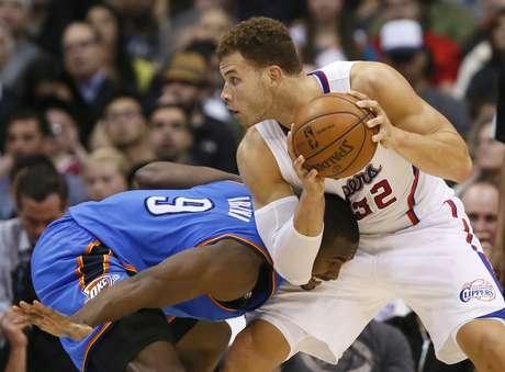 No duelo entre as duas equipes de melhor campanha na temporada, o Oklahoma City Thunder mostrou porque está na frente. A equipe bateu os Clippers por 109 a 97, na noite desta terça-feira, em Los Angeles. Com o triunfo, o time de Oklahoma se consolidou na liderança da Conferência Oeste.Sem Chris Paul, desfalque por conta de uma lesão, o protagonismo no Los Angeles Clippers recaiu sobre Blake Griffin (à dir.). O ala não decepcionou, anotando 31 pontos e pegando 11 rebotes, mas não foi o suficiente para frear a melhor equipe da temporada regular da liga americana de basquete