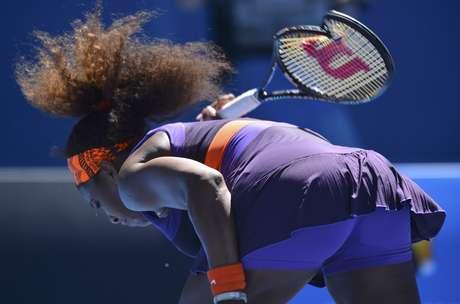 Serena Williams se irrita e quebra sua raquete, atirando-a no chão da Rod Laver Arena, a quadra principal do Aberto da Austrália. Americana, que vinha de 21 vitórias seguidas e não era derrotada desde agosto de 2012, mostrou bastante frustração na madrugada desta quarta-feira, quando perdeu para a compatriota Sloane Stephens nas quartas de final da competição. <strong>Veja mais fotos de Serena Williams e de outros chiliques dos tenistas no Aberto da Austrália:</strong>