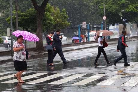 Paulistanos se protegem da chuva na região do Aeroporto de Congonhas, zona sul da capital