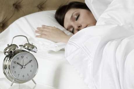 Continuar dormindo depois que o despertador toca é um dos maus hábitos