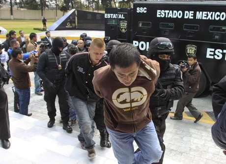 La policía estatal presentó a 11 presuntos miembros del cártel La Familia Michoacana y responsables de la muerte de las seis personas.