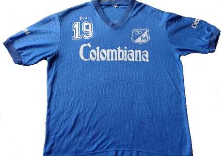 Camiseta de Millonarios patrocinada por Colombiana que data de finales de los años ochenta