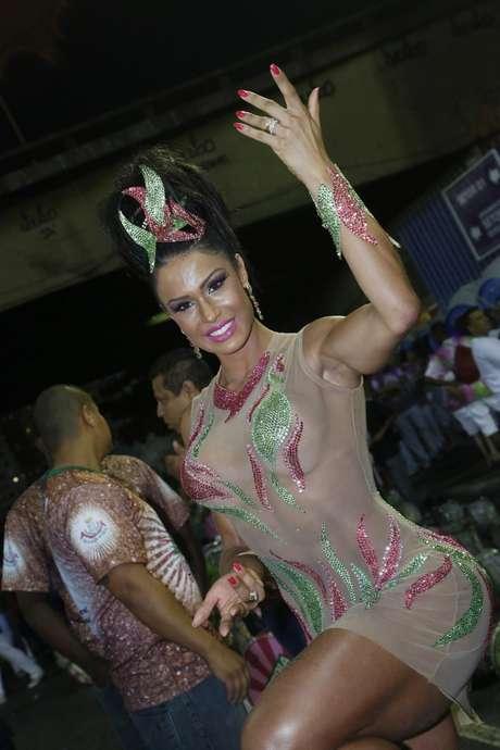 Rainha de bateria da Mangueira não mede esforços para se manter linda e desfilar pela sua escola do coração