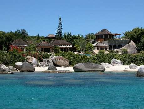 Protegida por vegetação natural, villa Sol y Sombra conta com uma praia privativa com cerca de 100 metros