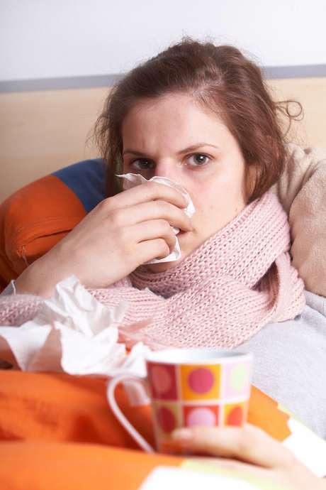 Jugo de naranja, vitamina C y jabón antibacteriano son algunas de las armas que pensamos ser infalibles contra la gripe. Sin embargo, esos viejos trucos pueden ser ineficaces si no se toman otros cuidados. El periódico <i>The</i> <i>Huffington Post</i>, con la ayuda de un experto, publicó ocho errores que las personas cometen al intentar combatir la gripe.<br />