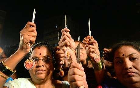 El partido de Shiv Sena, conocido por declaraciones y acciones violentas, comenzó la distribución de las armas blancas el miércoles por la tarde en Bombay.<br />