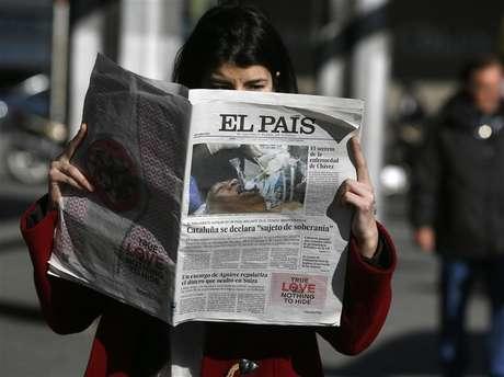 Uma mulher posa com uma cópia da primeira edição de 24 de janeiro do jornal espanhol El País no centro de Madri, Espanha. 24/01/2013
