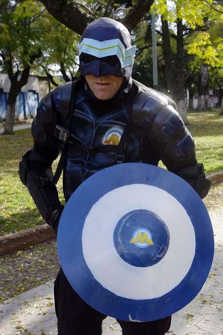 O personagem ficou conhecido na mídia argentina em 2010 quando começou a circular pelas ruas mascarado e uniformizado como se fosse uma espécie de Batman ou Capitão América portenho