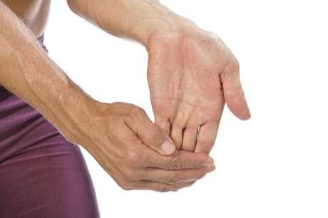 <strong>Tronarse los dedos:</strong> Peter Bonafede, director médico del Providence Arthritis Center, en Estados Unidos, advierte que ha atendido pacientes que lesionaron sus dedos a raíz de esa práctica y apuntó dos casos  uno que dislocó los dedos y el otro que rompió el ligamento del pulgar. Además, el ruido seco emitido por esa manía puede ser satisfactorio para quien lo hace, pero puede molestar a los demás.<br />