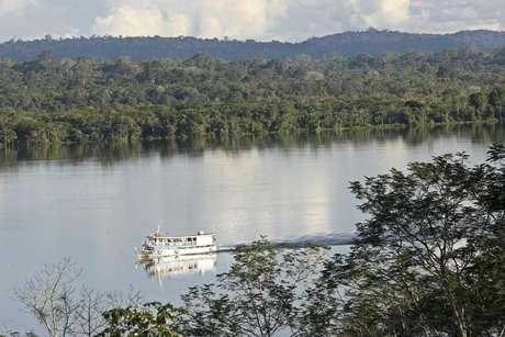 ARCHIVO - En esta foto de archivo del 29 de abril del 2006, un bote navega el río Tapajos, cerca del parque nacional de la Amazonia, en el norteño estado de Para, Brasil. Las autoridades de Brasil anunciaron el viernes 25 de enero del 2013 que reliazarán un inventario de la riqueza ambiental y humana del bosque lluvioso del Amazonas, que alberga la mayor biodiversidad del mundo. La ministra de Ambiente Izabella Teixeira firmó un acuerdo con el Banco Nacional de Desarrollo Económico y Social para proveer financiamiento equivalente a 33 millones de dólares para el inventario en el Amazonas, donde el gobierno batalla para frenar la deforestación ilegal.
