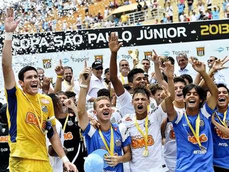 Após encerrar jejum, jogadores do Santos comemoram a conquista do bicampeonato da Copa São Paulo
