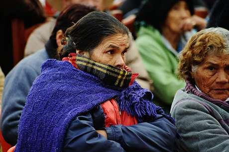 Un grupo de personas acude a recoger cobijas que reparte el gobierno del estado afectado por las bajas temperaturas en Durango.