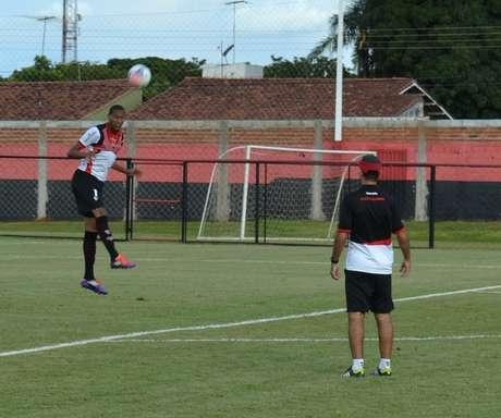 Artur deverá ser titular do Atlético-GO diante do arquirrival Goiás