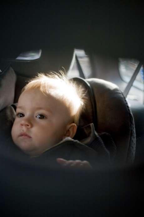 El hombre olvidó al bebé sujeto en el asiento posterior del autotras aparcarlo frente a su oficina.