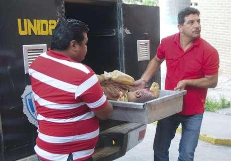 """Medina explicó que a partir de las 11.00, hora local (15.30 GMT) funcionarios de la Guardia Nacional Bolivariana (GNB-policía militarizada) empezaron a trasladar al centro médico alrededor de 90 reos heridos de la cárcel de Uribana """"con múltiples heridas de bala"""". Treinta de ellos, detalló, siguen aún hospitalizados """"con heridas de cierta consideración""""."""