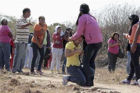 Relatives of inmates react during an uprising outside the Centro Occidental (Uribana) prison in Barquisimeto in this picture provided by Diario el Informador newspaper January 25, 2013.