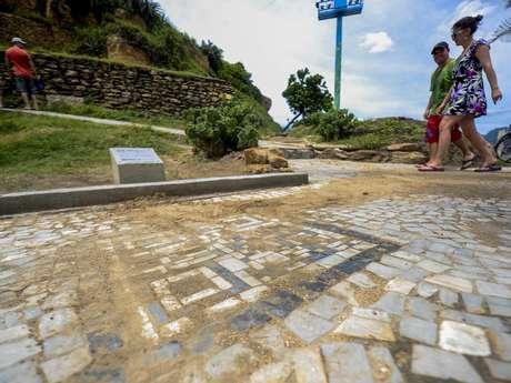 QR Code de acesso às informações turísticas já apresenta problemas para leitura devido à terra e areia