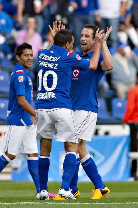 Giménez le agradece a Torrado la asistencia para el primer gol celeste.