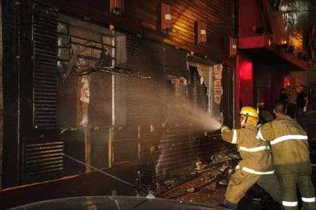 Incêndio causou tumulto no local. Fogo teria começado após um sinalizador ser aceso na boate