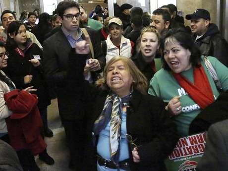 El gobernador demócrata Pat Quinn firmó el domingo la ley rodeado de cientos de partidarios que dicen que la medida volverá más seguras las calles de Illinois y expandirá las oportunidades de los inmigrantes que viven en el país sin la debida autorización.