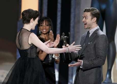 Anne Hathaway recibió su premio de manos de Justin Timberlake