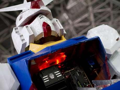 Casemod gigante de Gundam é atração na área de gabinetes modificados da Campus Party