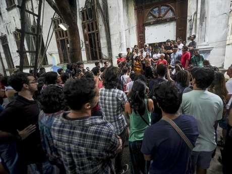 O governo do Rio desistiu da demolição do prédio, mas insiste em transferir os índios