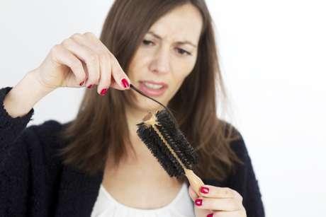 A perda de cabelos normalmente está associada a alterações hormonais, mais comuns na menopausa