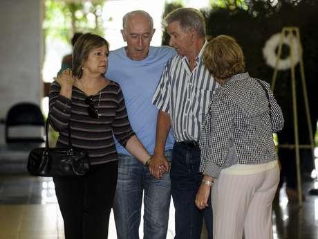 Familiares chegam ao velório do tenente Leonardo Lacerda no Cemitério do Caju, no Rio