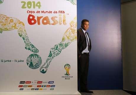 O ex-atacante brasileiro e membro do comitê de organização da Copa do Mundo de 2014 Ronaldo caçoa durante o lançamento do pôster da Copa de 2014 no Rio de Janeiro. 30/01/2013