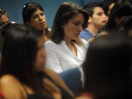 A estudante Amanda Strassburger, de branco, perdeu uma prima e quatro amigos no incêndio