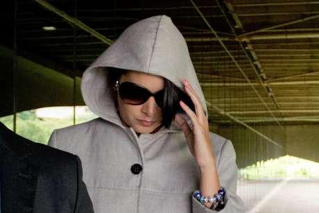A amante do empresário morto, Nathalia Lima, chegou ao Fórum de capuz e óculos escuros para depor. Ela não falou com a imprensa