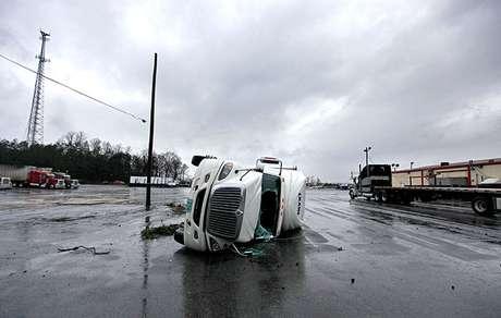 """En el norte de Nashville, un hombre murió cuando un árbol cayó sobre su garaje, según Jeremy Heidt, portavoz de la Agencia de Gestión de Emergencia de Tennessee.<br />""""Hay árboles caídos por todas partes"""", dijo Brittney Coleman del Servicio Meteorológico Nacional en Nashville.<br />"""