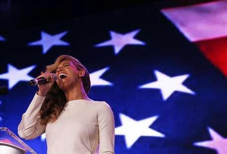 Beyoncé canta o hino nacional dos EUA durante entrevista antes do Super Bowl, nesta quinta-feira, quando ela admitiu que dublou o hino na posse do presidente Barack Obama