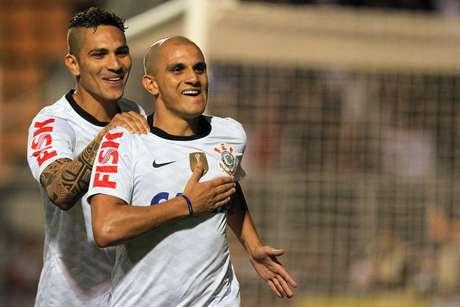 Fábio Santos comemora gol da virada do Corinthians no Pacaembu