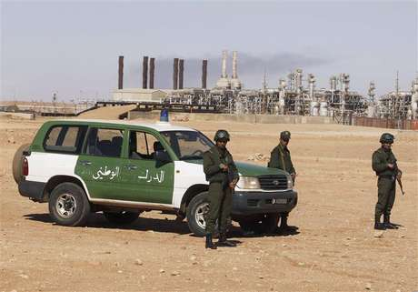 Algerian soldiers stand near the Tiguentourine Gas Plant in In Amenas, 1600 km (994 miles) southeast of Algiers, January 31, 2013.