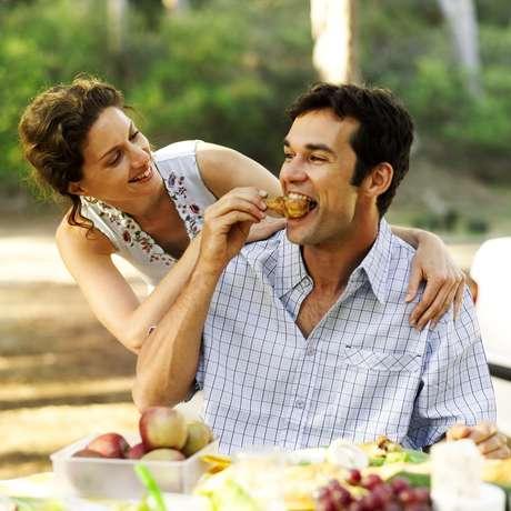 Casais felizes com a relação são mais propensos a ganhar peso se comparados ao que estão insatisfeitos com o casamento