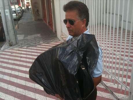 Daniel Cabreira Jaques, 53 anos, pai do gaiteiro Danilo Brauner Jaques, que morreu no incêndio da Boate Kiss, busca o instrumento usado pelo filho