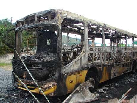 Ônibus ficou completamente destruído após ser incendiado no bairro Bela Vista, em Gaspar