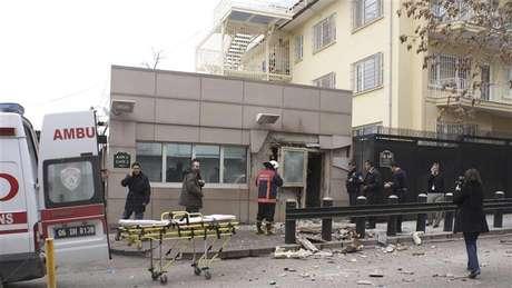Policiais inspecionam local após explosão diante da embaixada dos EUA em Ancara, na Turquia