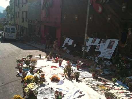 A frente da Boate Kiss, em Santa Maria, virou um santuário de homenagens às vítimas