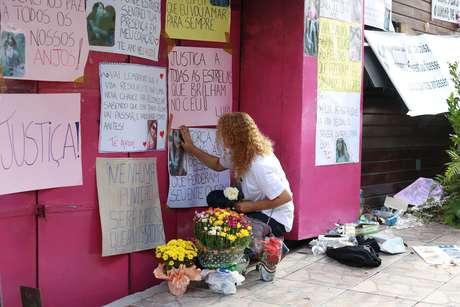 Familiares e amigos das vitimas de Santa Maria (RS) presentam homenagem em frente à boate Kiss