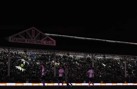 """Jogadores de Fulham e Manchester United caminham no Craven Cottage Stadium durante """"apagão"""""""