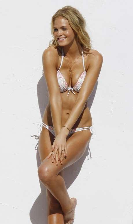 A top Erin Heatherton passou a manhã de sexta-feira (1) na praia de St. Barts, no Caribe, posando para ensaio da nova coleção de biquínis da Victoria's Secret