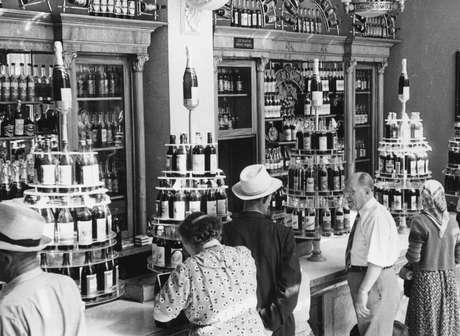 Loja de bebidas alcoólicas em Moscou na década de 1950: teria a vodka ligação com as vitórias militares?