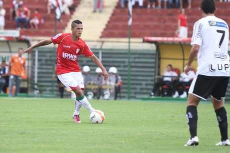 Souza estreou pela Portuguesa, mas foi expulso por agressão fora da disputa de bola