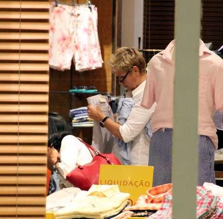 Xuxa é fotografada em shopping do Rio