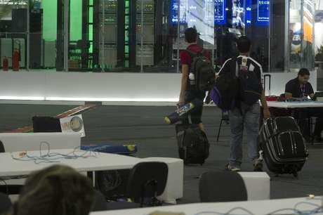 Participantes carregam a bagagem e deixam o evento neste domingo