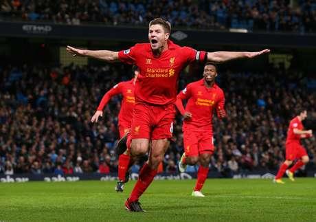 Gerrard fez um golaço para o Liverpool no empate com o Manchester City