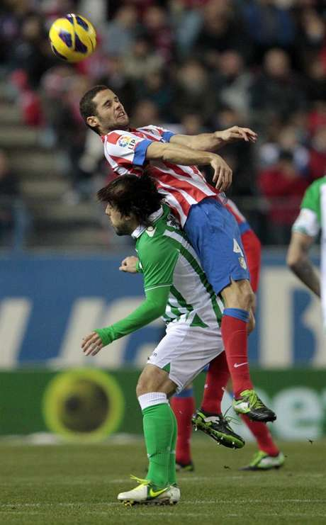 Mario Suarez pelando por Beñat por el cuero.